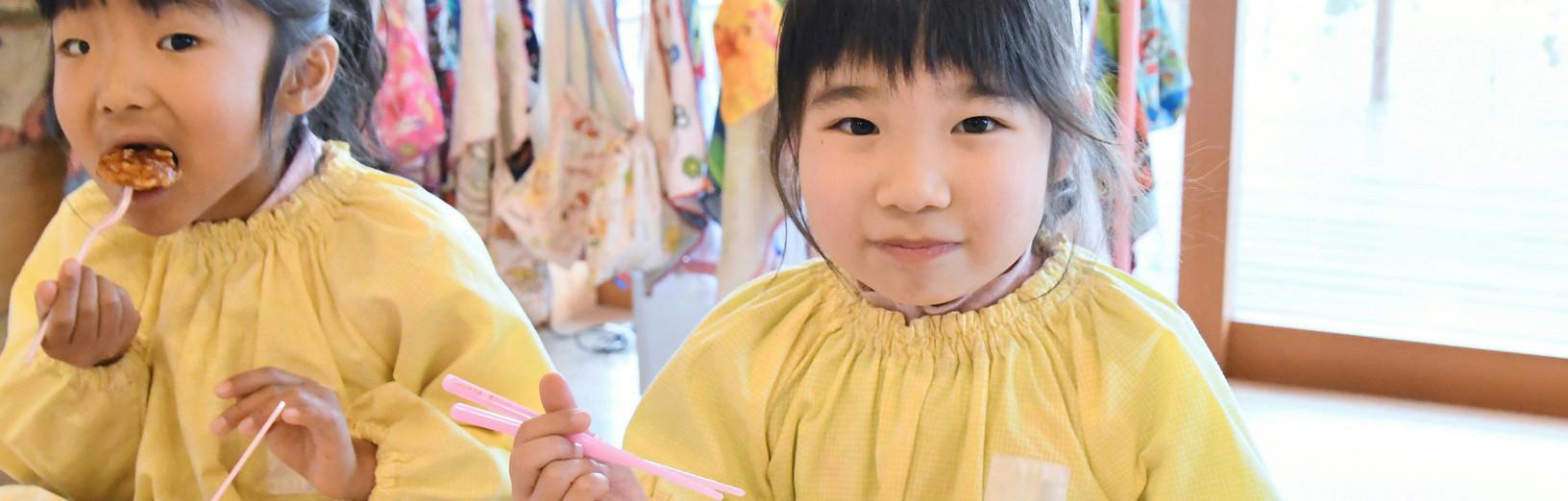 東松山の幼稚園の完全給食を子供が食べている様子